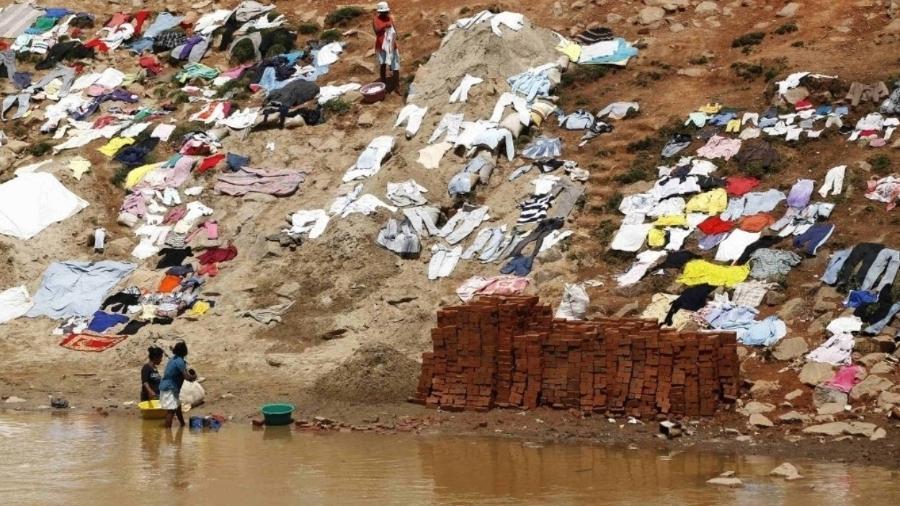 Lavadeiras na margem do rio Ikopa, em Antananarivo, capital de Madagascar - Thomas Mukoya/Reuters