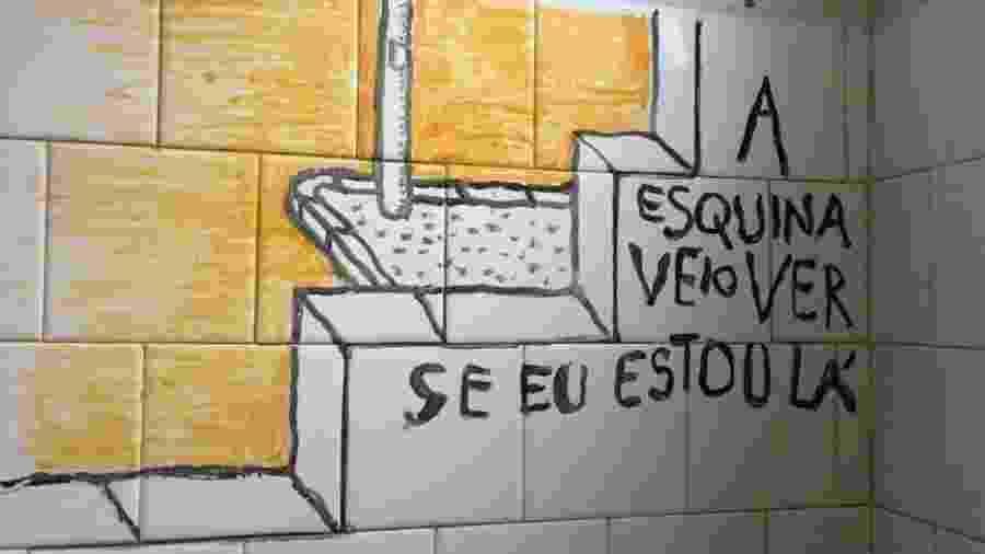 Charge de Laerte, na parede do box do banheiro - Arquivo pessoal