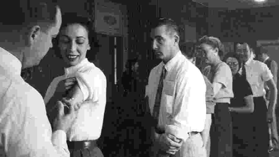 Funcionários do jornal Denver Post tomam vacina contra a gripe asiática em novembro de 1957 - Getty Images