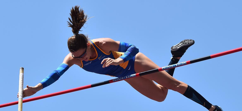 Fabiana Murer salta no British Grand Prix, competição de atletismo em Birmingham, em 2016 - Ben Stansall/AFP