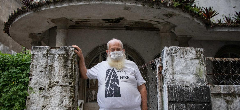 """Joel Datz, o """"Irmão Evento"""", ícone da cena cultural do Recife, em frente ao casarão da família, hoje abandonado, no bairro Boa Vista - Flavio Tavares/UOL"""