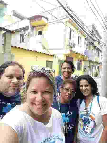 Jorge dos Santos Nadais e a equipe de mulheres que trabalham na CSE Germano Silva Faria na favela de Manguinhos - Aqruivo pessoal