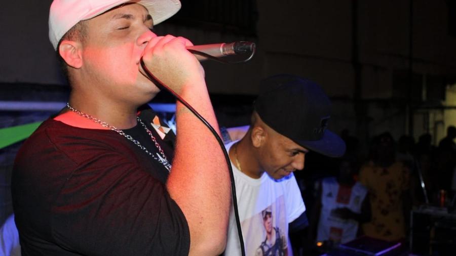 MC WC e seu amigo MC Victor em show no Rio de Janeiro - Divulgação