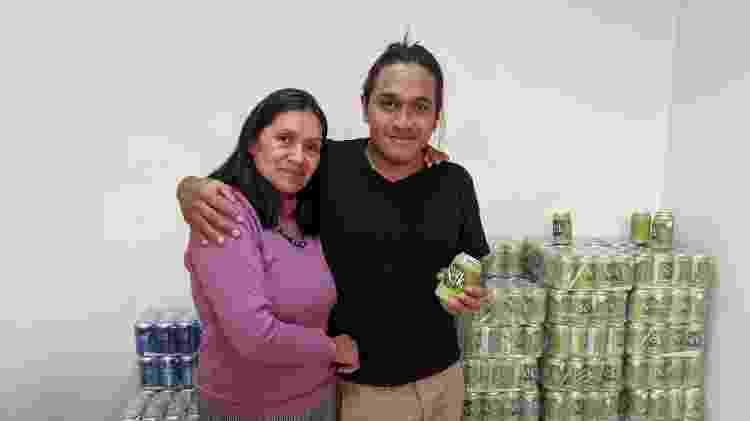 Fabiola Piñacué e seu filho Juan David; nas mãos, o refrigerante Coca Sek - Fernanda Ezabella/UOL