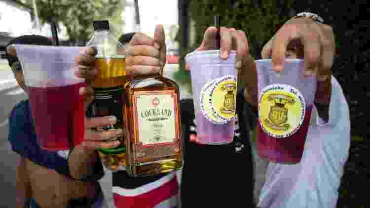 Menores seguram bebidas que consumiam durante bloco de Carnaval em São Paulo - Diego Padgurschi/UOL - Diego Padgurschi/UOL