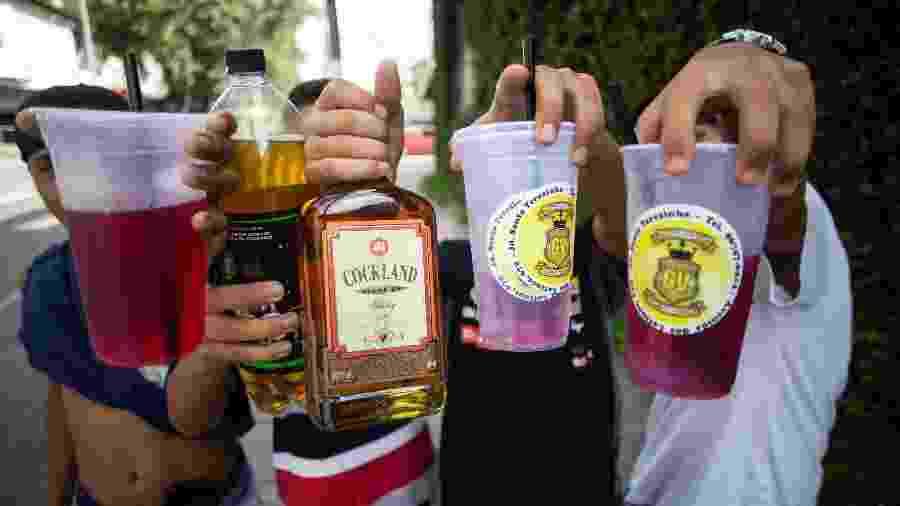 Menores seguram bebidas que consumiam durante bloco de Carnaval em São Paulo - Diego Padgurschi/UOL