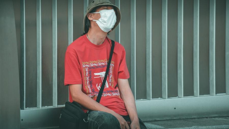 Homem veste máscara de proteção no Japão - Jusdevoyage/Unsplash