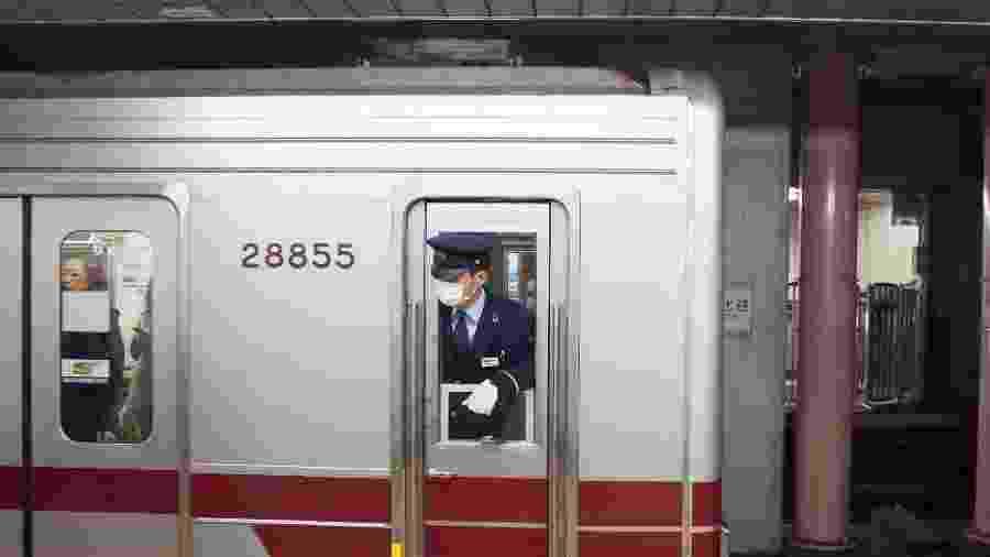 Maquinista de metrô de máscara em Shinjuku, no Japão -  Matthieu Gouiffes/Unsplash