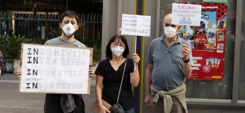 A biológa aposentada Clarice Fujihara e sua família, em protesto pedindo o impeachment de Jair Bolsonaro, em São Paulo - André Porto/UOL