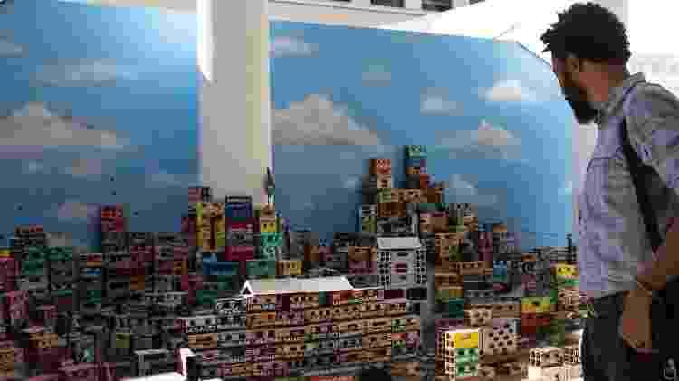Joel Luiz Costa observa maquete de favela após dar entrevista   - Andréia Lago/Eder Content - Andréia Lago/Eder Content