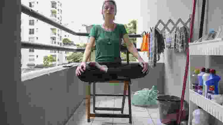 Na minha pequena varanda, me elevo espiritualmente com o cheiro do desinfetante substituindo o incenso - Gabriela Burdmann/UOL