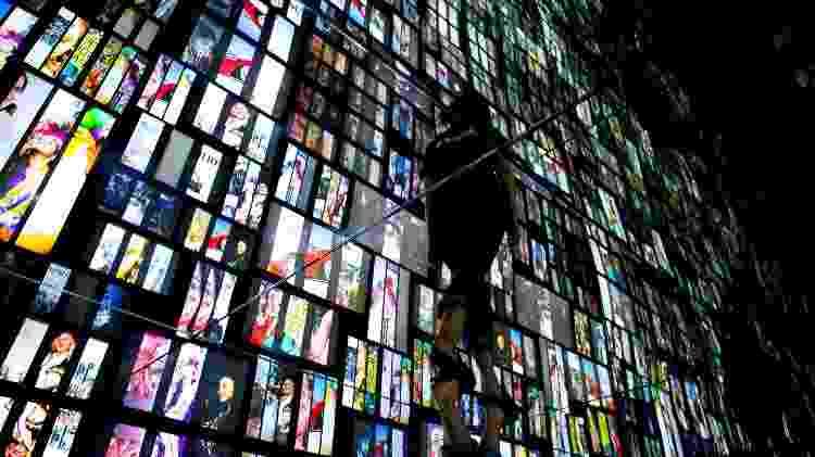 """Visitante passeia por instalação chamada """"Museum of Me"""" que reproduz imagens da pessoa em redes sociais - Dário Oliveira/Folhapress - Dário Oliveira/Folhapress"""
