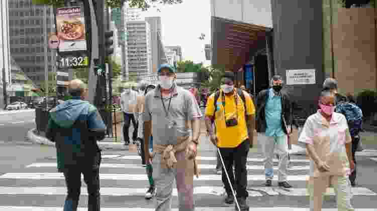 João Maia, deficiente visual que já fotografou duas Paralimpíadas, caminhando pela avenida Paulista - Marco Oton/UOL - Marco Oton/UOL