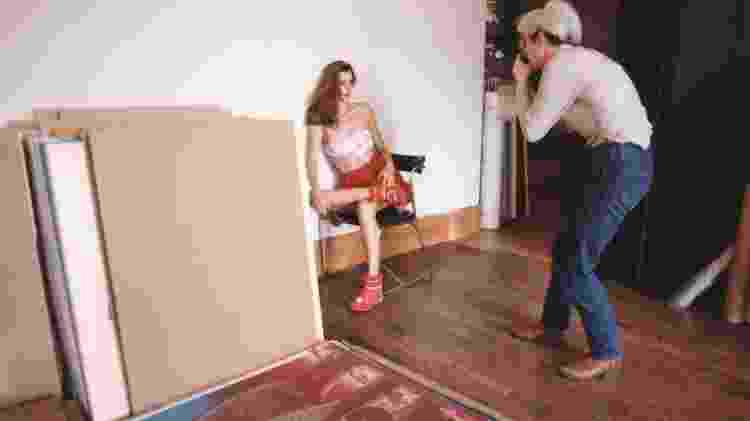 """Warhol fotografa modelo Apollonia von Ravenstein em 1982. """"As imagens instantâneas que a câmera produziu foram usadas para fazer as famosas serigrafias de Warhol e o fotógrafo Mark Sink se tornaria um amigo de longa data de Warhol"""", conta Ahern - Mark Sink/Getty Images"""