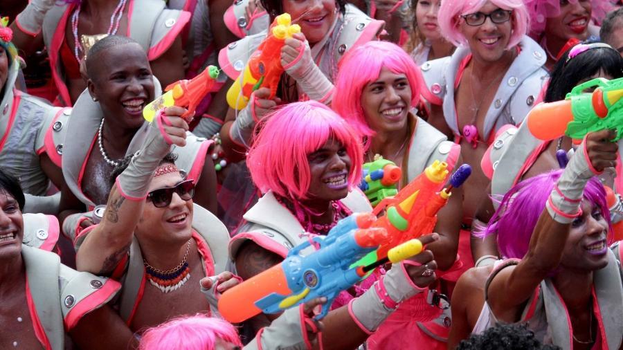 Homens acompanham o tradicional bloco As Muquiranas, em Salvador, que exige fantasia de mulher - Valter Pontes/Prefeitura de Salvador