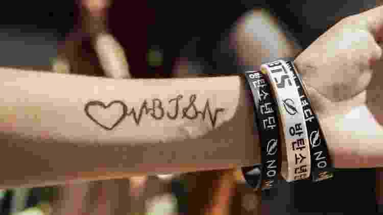 Fã do BTS com tatuagem de henna da banda coreana - Mariana Pekin/UOL - Mariana Pekin/UOL