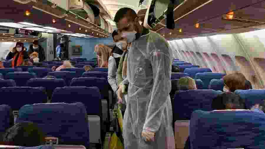 Tripulação embarca em voo com máscaras no aeroporto de Wuhan, na China  - Hector Retamal/AFP