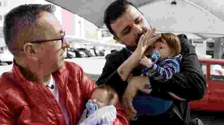 """Edvaldo e Cleber com os """"filhos"""" Gael e Theo, bonecos reborn - Raquel Arriola/MOV.doc - Raquel Arriola/MOV.doc"""
