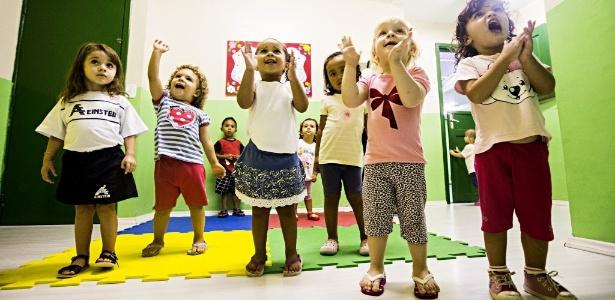 Crianças brincam em escola maternal em São Paulo
