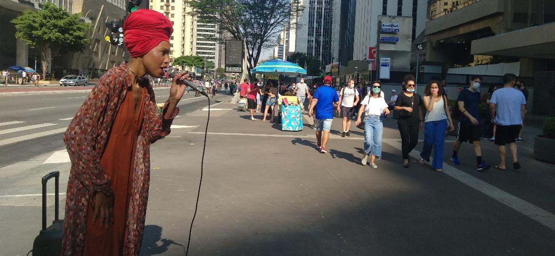 Nalla, artista de rua que se apresenta na av. Paulista, no dia dos protestos contra Bolsonaro organizados pelo MBL e Vem pra Rua - Henrique Santiago/UOL
