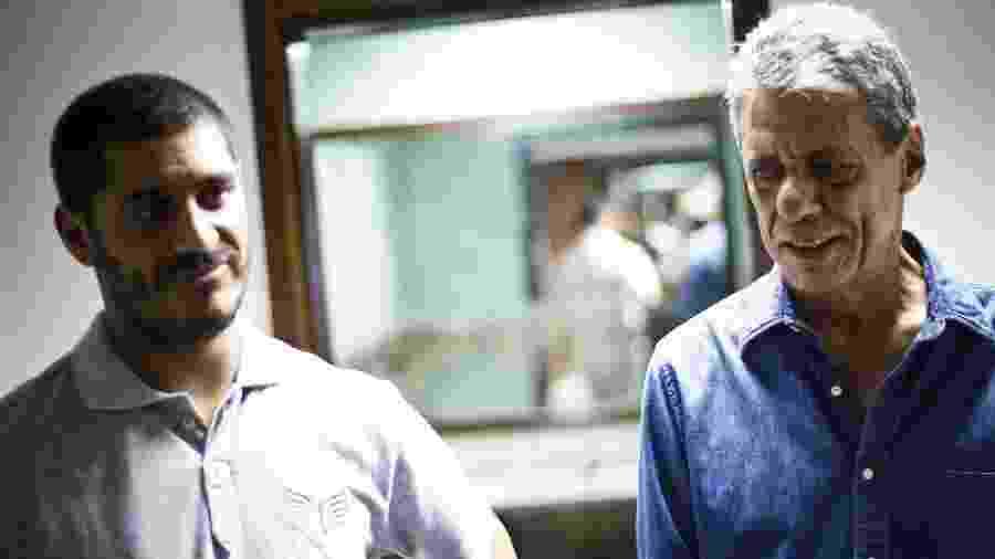 Criolo e Chico Buarque, símbolos da música de protesto de diferentes gerações, se encontram em camarim de show - Daniel Marenco/Folhapress