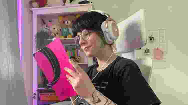 Amanda Flor, 22, ou 'Starry Peach', terminou seu TCC sobre tipografia 'online', transmitindo na plataforma Twitch - Arquivo pessoal/Reprodução - Arquivo pessoal/Reprodução
