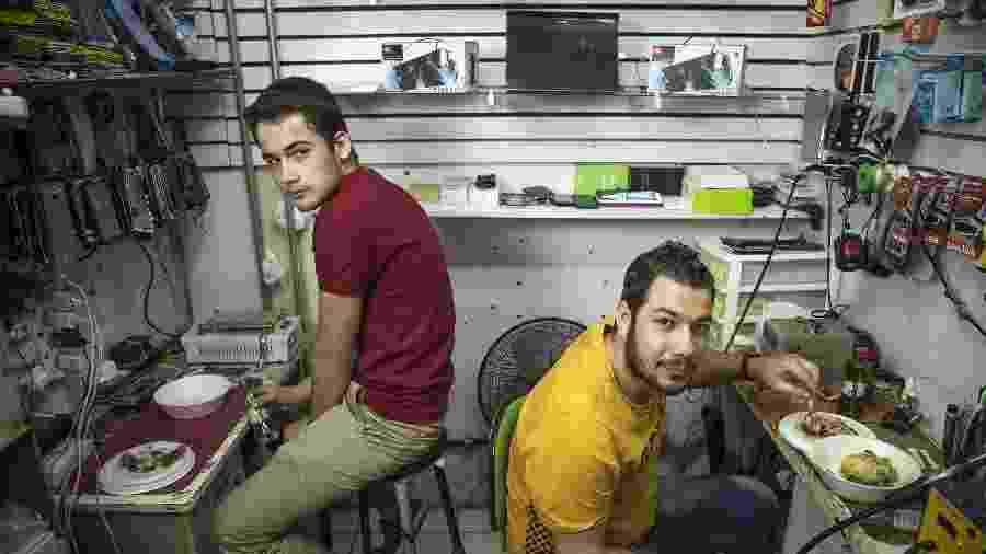 Os primos Ahmad Alnezame e Mouawia Juha, refugiados sírios que trabalham em estande rua Santa Ifigênia, em São Paulo - Jardiel Carvalho/UOL