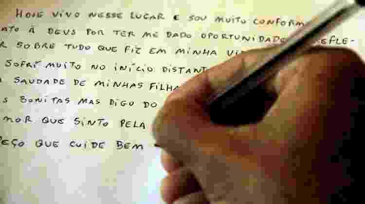 O detento Rodrigo Antônio Monteiro, 42, escrevendo cartas para outros presos na penitenciária de Serrotão, em Campina Grande (PB) - Marcus Antonius/UOL - Marcus Antonius/UOL