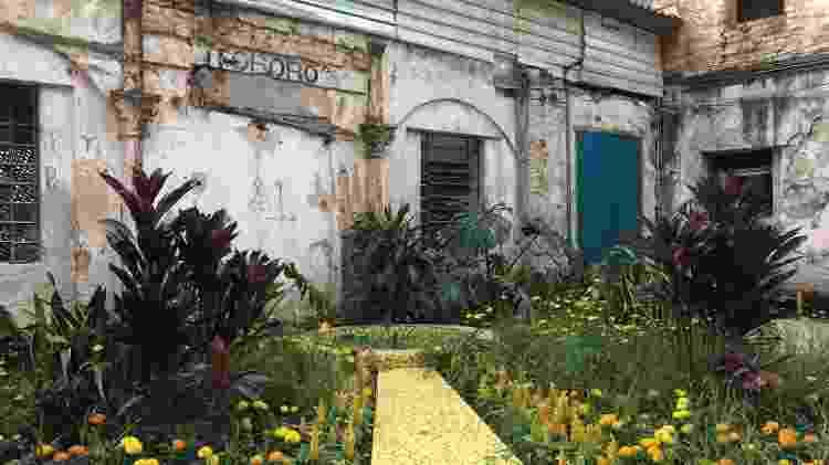 Em frente à casa onde Daiane morou, foi criado um jardim - Mateus Araújo/UOL - Mateus Araújo/UOL