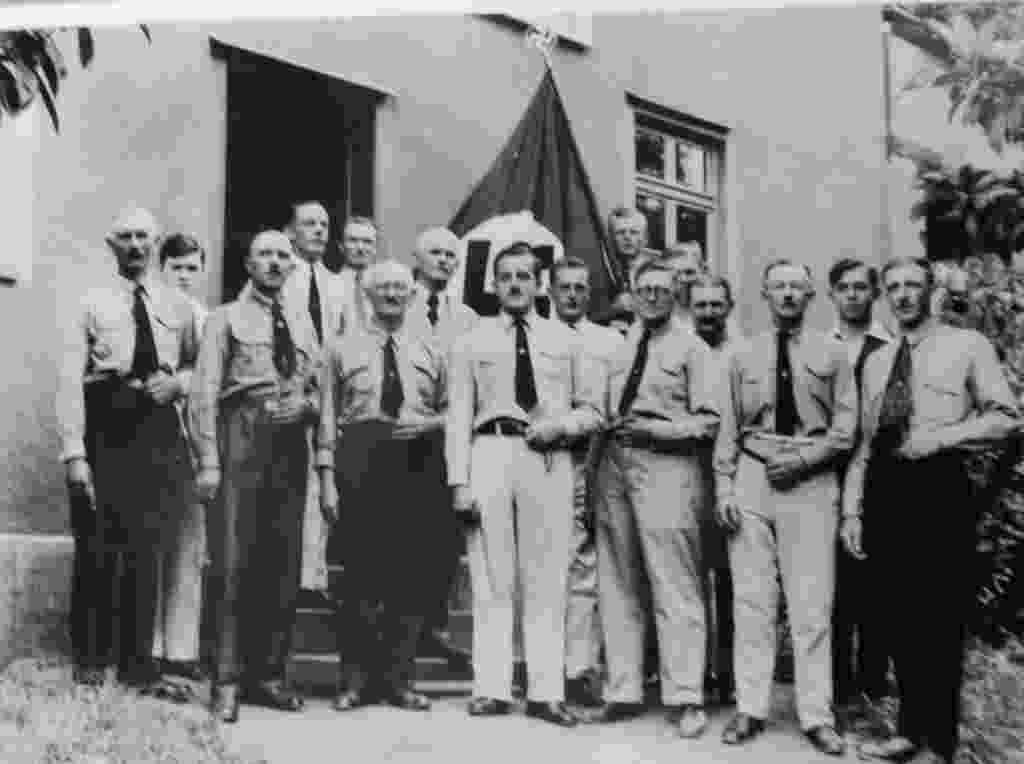 Membros do Partido Nazista em Ibirama (SC) posam perante a bandeira com a suástica. - Reprodução/Arquivo Público de Ibirama