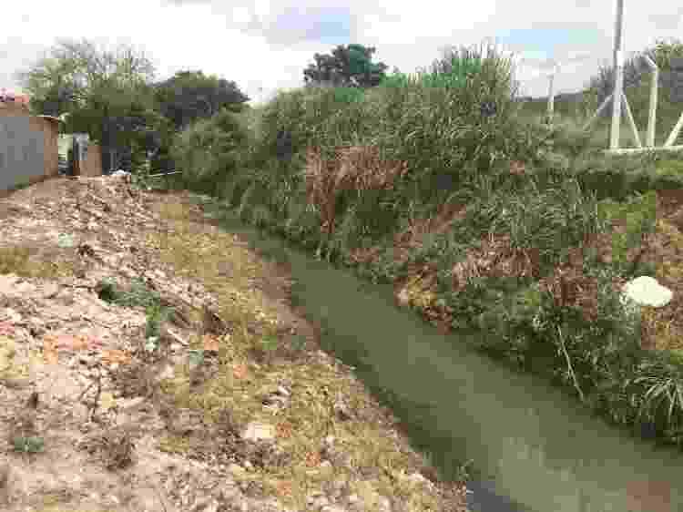 Córrego ao lado da estação de tratamento da Sabesp, em Barueri (SP) - Gabriela Cais Burdmann/UOL - Gabriela Cais Burdmann/UOL