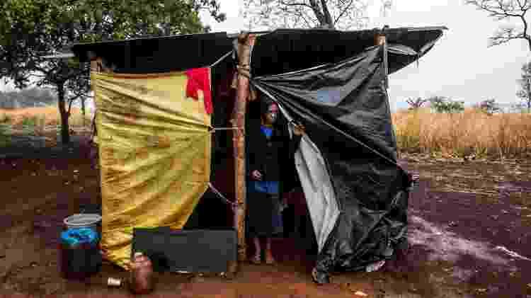 Vanilda da Silva, indígena Kaiowá, mãe de Raíssa, no barraco de lona que abriga parte da sua família, na Reserva de Dourados (MS) - José Medeiros/UOL - José Medeiros/UOL