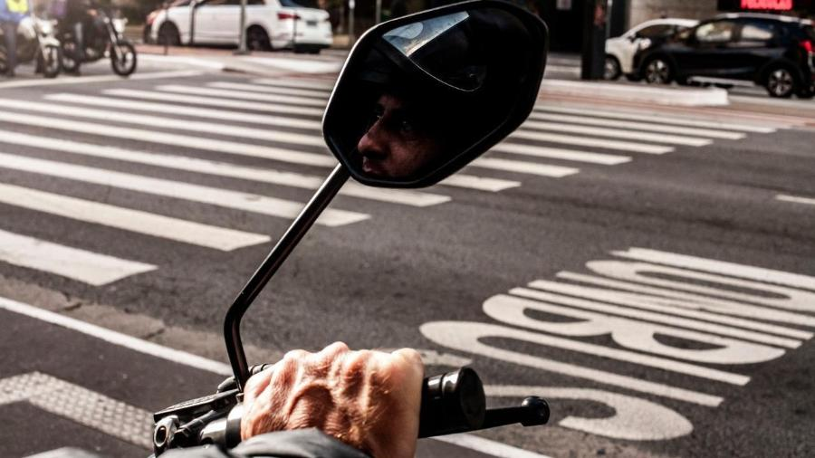 Diego Fernando de Almeida (ele prefere não mostrar o rosto), motoboy que recebeu indenização da Rappi por acusação falsa de furto - Fernando Moraes/UOL