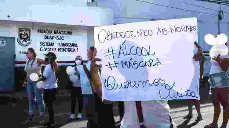Mulheres de detentos fazem vigília em frente à Penitenciária de Florianópolis  - Isadora Camargo - Isadora Camargo