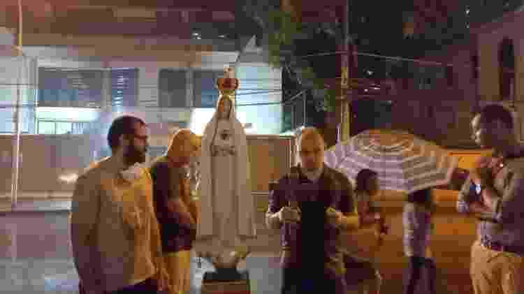 Debaixo de chuva, o grupo pede pela reabertura de igrejas na pandemia - Reprodução/ YouTube - Reprodução/ YouTube