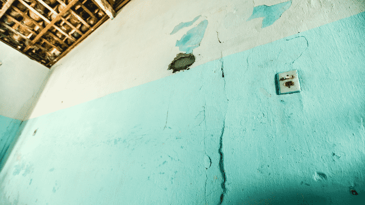 Parede comprometida pela escavação na rua A Dezesseis, em Maceió - Gabriel Moreira/UOL - Gabriel Moreira/UOL