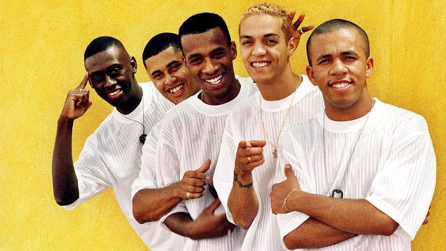 Belo e os integrantes do Soweto, grupo que foi um dos símbolos do pagode dos anos 1990 - Joel Silva/Folha Imagem