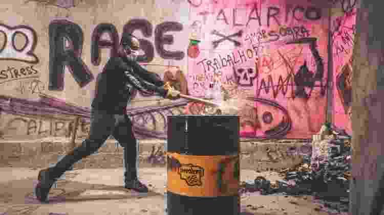 Vanderlei Alves faz uma demonstração de como quebrar garrafas - Arthur Lamas - Arthur Lamas