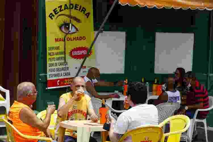 Frei Ronaldo, da Paróquia de Santo Antônio, em Salvador, tomando sua cervejinha sagrada de final de semana - Rafael Martins/UOL - Rafael Martins/UOL