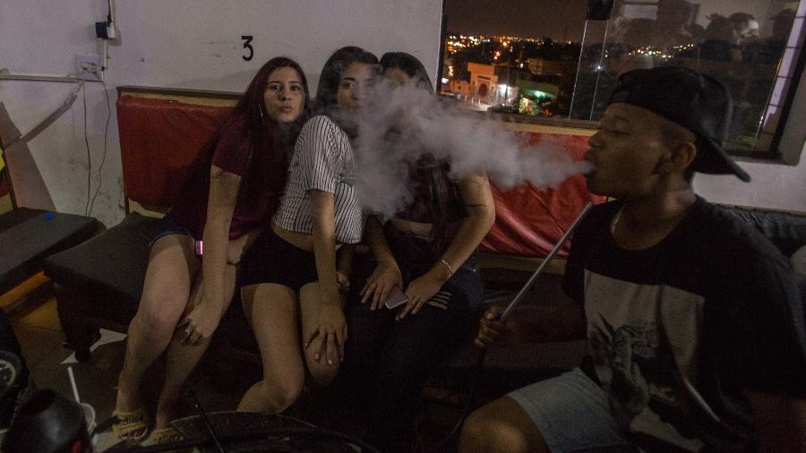 """Cenas da tabacaria """"Levitate Hookah Lounge"""" em Itaquaquecetuba, região metropolitana de São Paulo - André Lucas/UOL"""