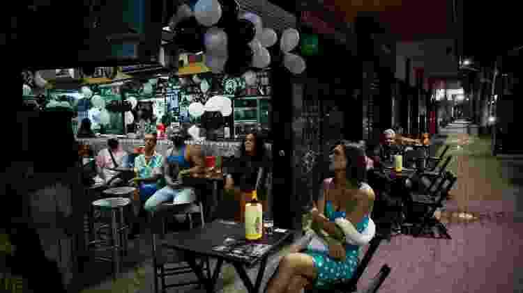 O aniversário da cover recifense de Gal Costa, Sharlene Esse, em um bar no centro do Recife, com a presença de Maria Bethânia, o ator Odilex Lins - André Nery/UOL - André Nery/UOL