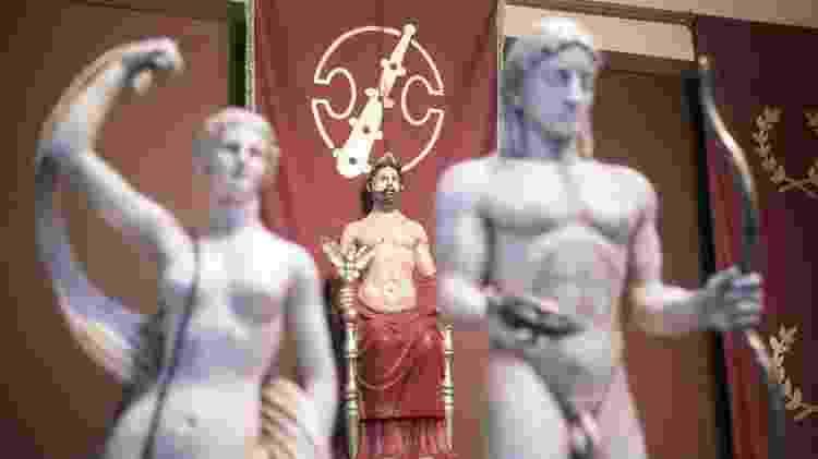 Cerimônia do Supremo Grupo dos Helênicos Étnicos, em Atenas, com estátua de Zeus ao fundo - Andre Naddeo/UOL - Andre Naddeo/UOL