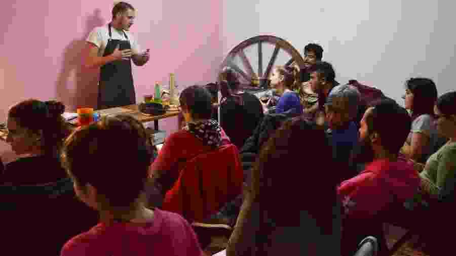 Chef dá aula com receitas de doces e salgados para público variado na capital uruguaia - Fabiana Maranhão/UOL