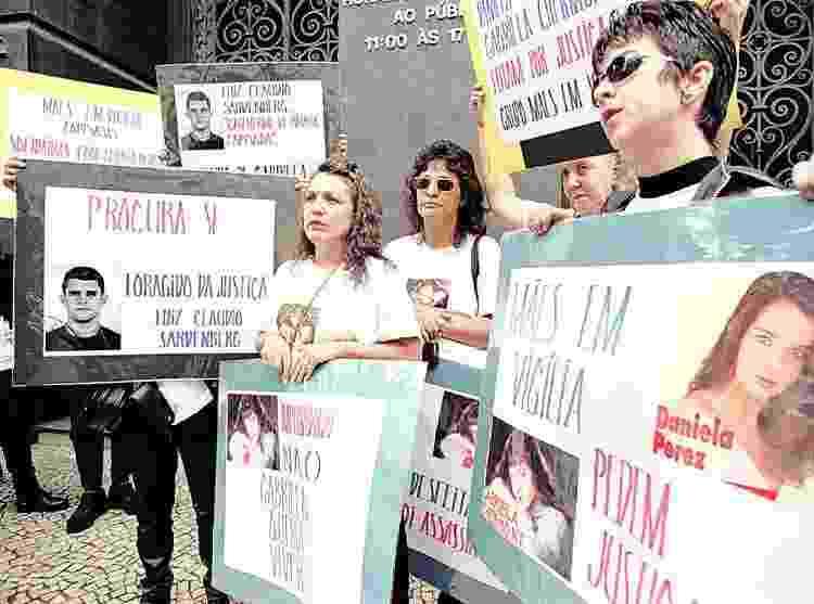 Mães seguram cartazes durante manifestação de protesto na porta do Tribunal do Júri, exigindo condenação de Paula Thomaz, em 1997 - Patrícia Santos/Folhapress - Patrícia Santos/Folhapress