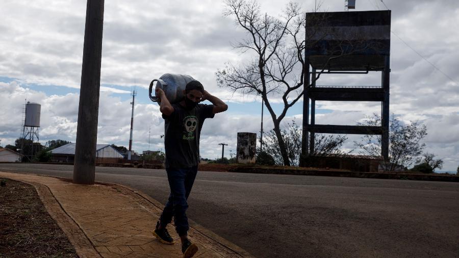 Brasileiro traz botijão de gás de Bernardo de Irigoyen, cidade argentina colada à catarinese Dionísio Cerqueira - Caio Guatelli/UOL