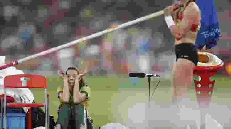 Sentada, a brasileira Fabiana Murer, eliminada na final de sua prova nos Jogos Olímpicos de Pequim, reclamou com a organização sobre o sumiço de seu equipamento - Caio Guatelli/Folha Imagem - Caio Guatelli/Folha Imagem