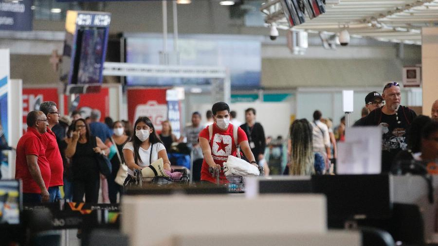 Passageiros e funcionários circulam de máscaras no Aeroporto Internacional Tom Jobim (RJ) - Fernando Frazão/Agência Brasil