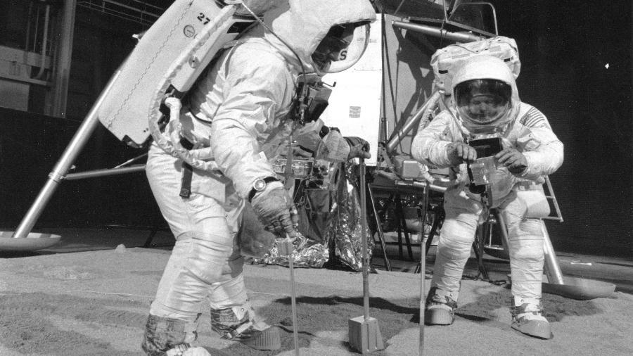 Astronautas Buzz Aldrin e Neil Armstrong em maquete de treinamento da NASA. Para teóricos da conspiração, filmagens teriam sido feitas em estruturas assim, e não na Lua - NASA