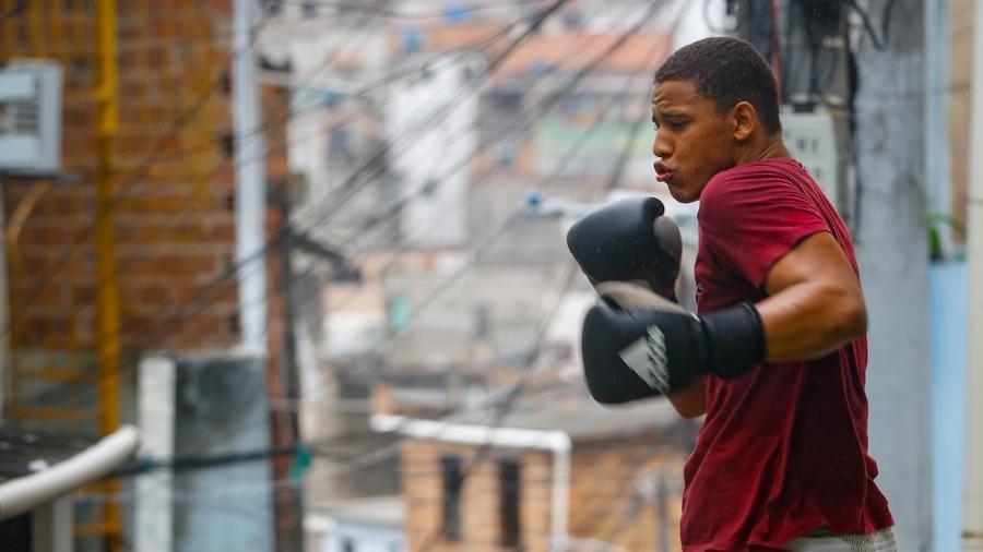 Matheus Costa, conhecido como Joe, pratica boxe no Nordeste de Amaralina, em Salvador - Rafael Martins/UOL