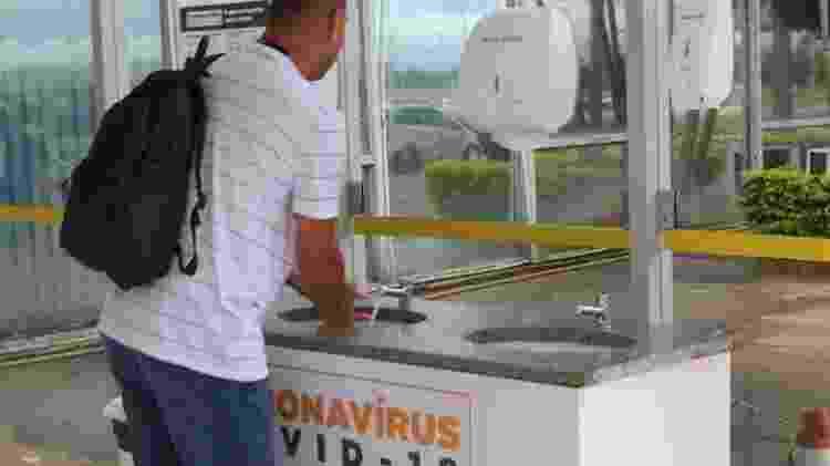 Ministério da Saúde instala pia na entrada do prédio para incentivar as pessoas a higienizarem as suas mãos - Fabio Rodrigues Pozzebom/Agência Brasil